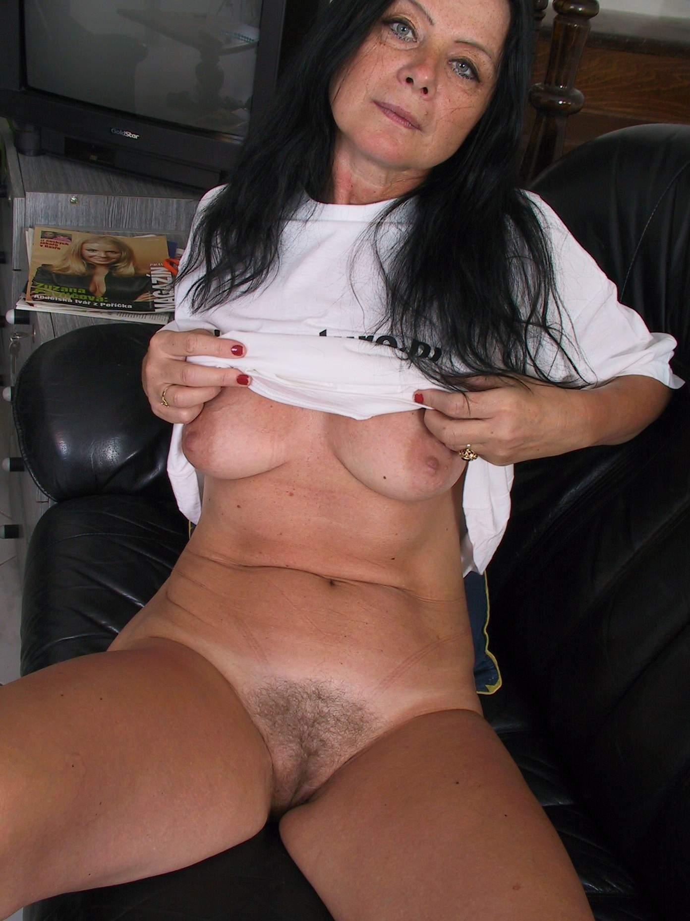 Amateur hairy mom
