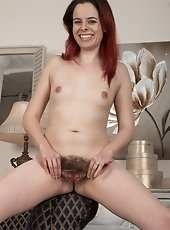 Redhead Tiffany Naylor shows naked body