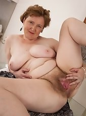 Daisy Leon massages her furry pussy